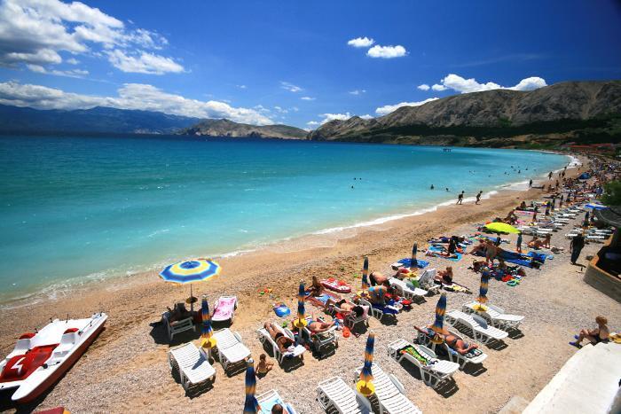 spiaggia grande a Baska isola Krk