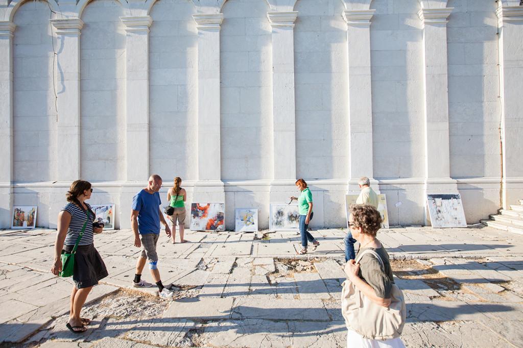 Quadri esposti sui muri storici di Rovigno