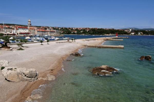 Città di Krk vista dalla spiaggia cittadina