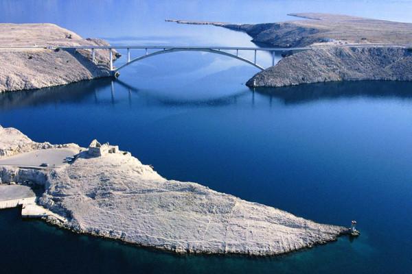 il ponte che collega Pag alla terraferma
