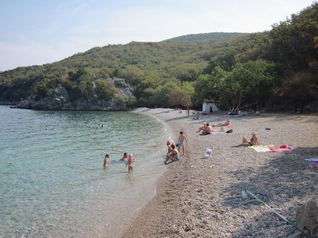 spiaggia di ciottoli a Porozina