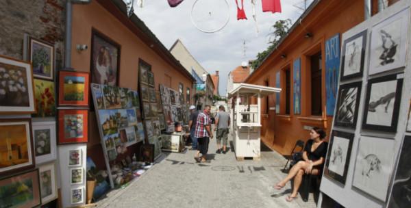 mostre artistiche di quadri e fotografie per le strade di Varazdin