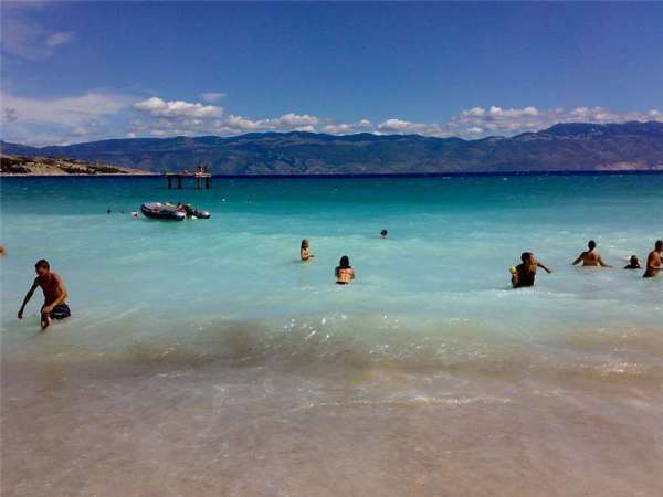 Spiaggia cittadina a Baska sull'isola Krk