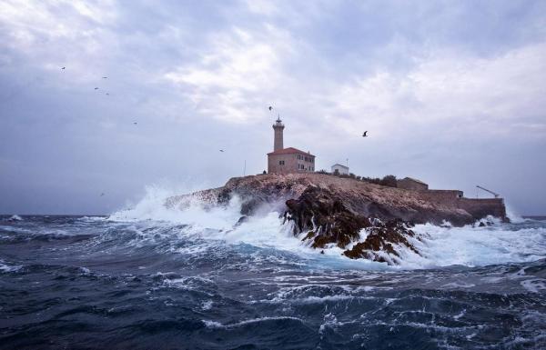 mare e onde sull'isola di Blitvenica