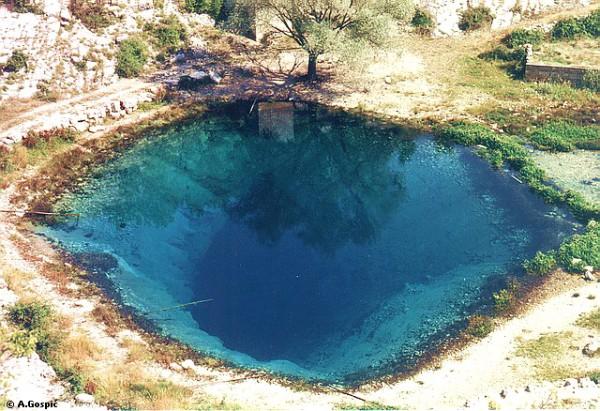 il misterioso buco da cui nasce il fiume Cetina