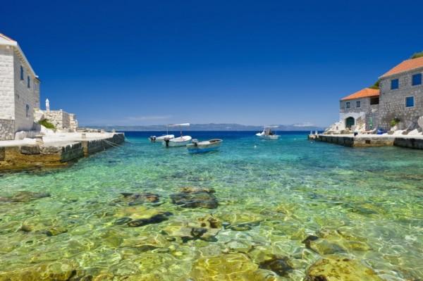 mare cristallino e spiagge rocciose sull'isola Lastovo
