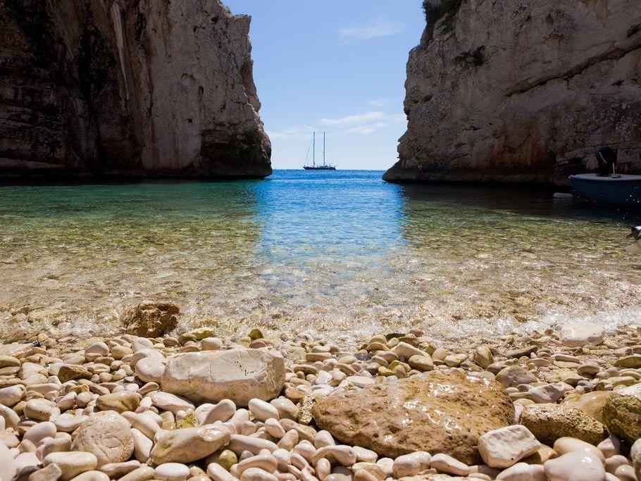baia Stiniva sull'isola Vis ciottoli e rocce