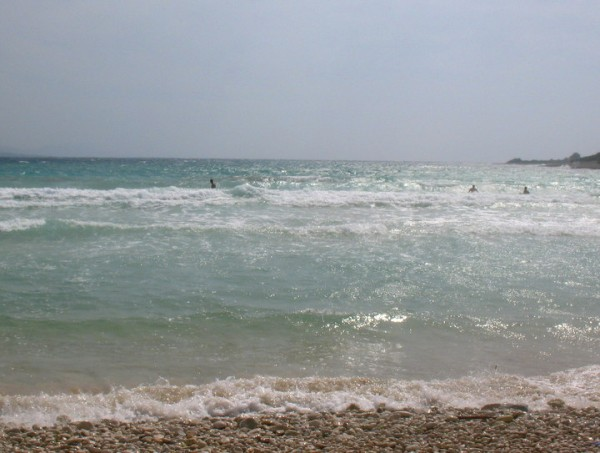 saltare le onde a Sakarun sull'isola Dugi Otok