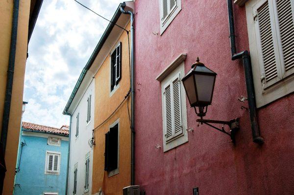 edifici colorati e facciate tipiche dell'Istria