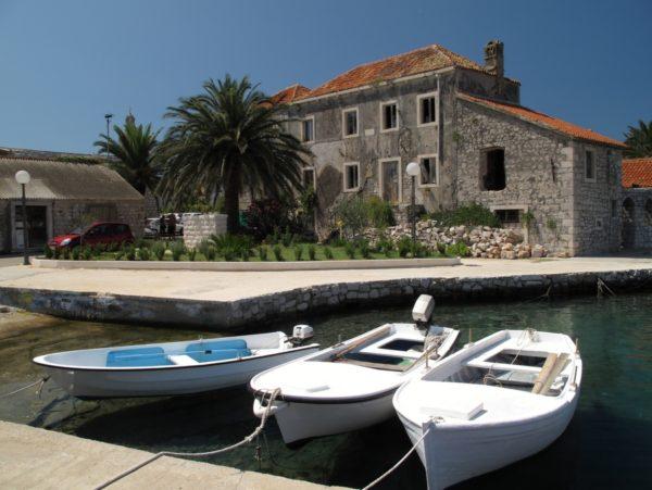 Stari Grad sull'isola Hvar porto turistico e barche all'approdo