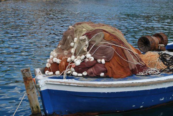 barca da pesca ormeggiata con reti pronte all'uso
