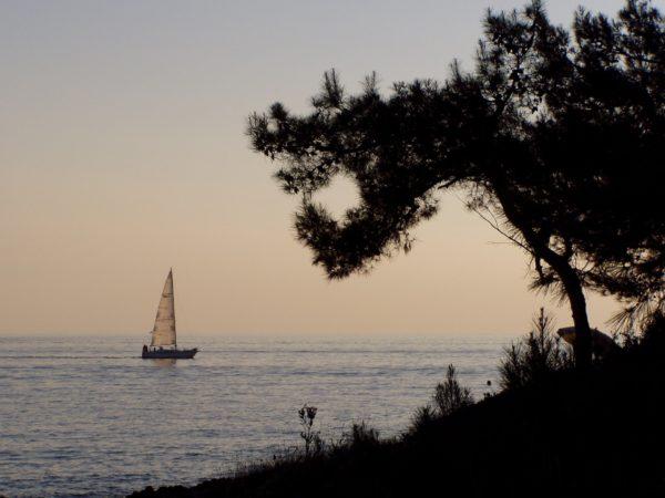 barca a vela sul mare dell'Istria