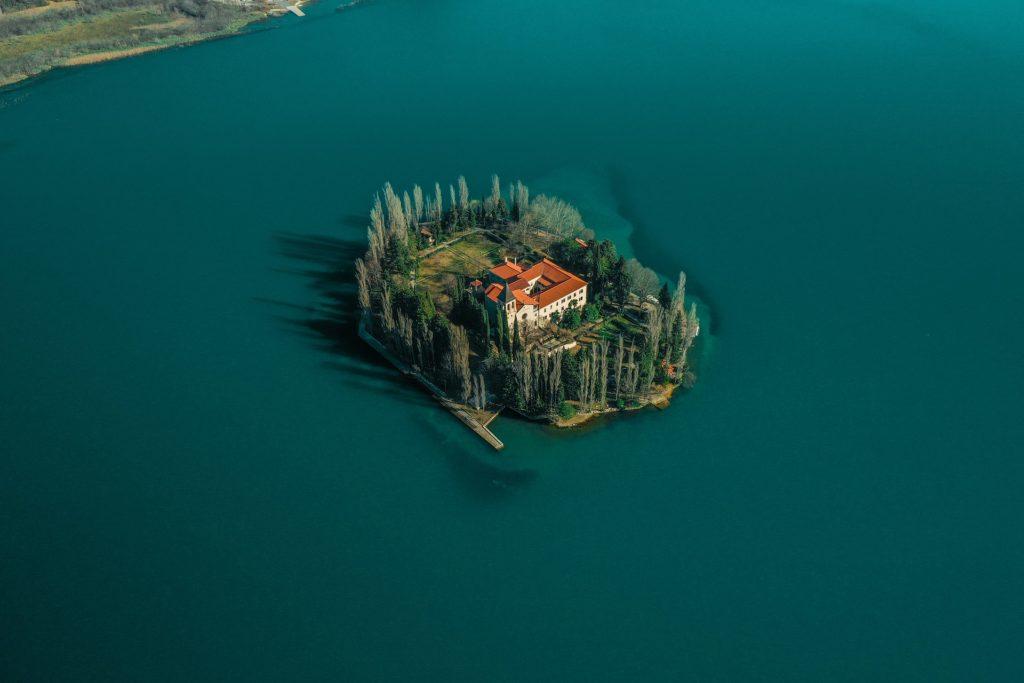 Isola Visovac sul fiume Krka e Monastero di Nostra Signora della Misericordia, vicino a Sibenik in Dalmazia