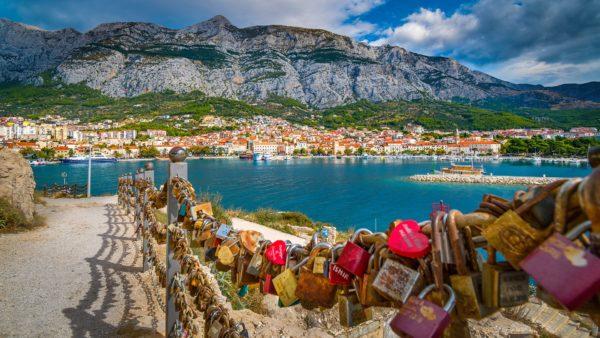 la città di Makarska con le sue baie il porto e i promontori