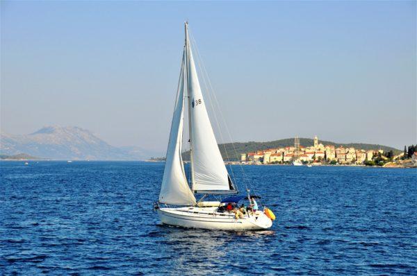 barca a vela presso l'isola Korcula in Dalmazia