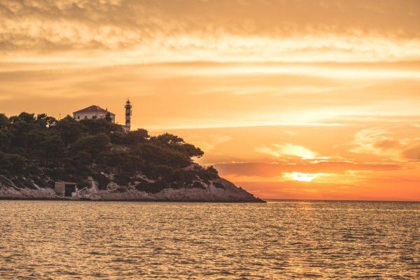 faro in Croazia al tramonto